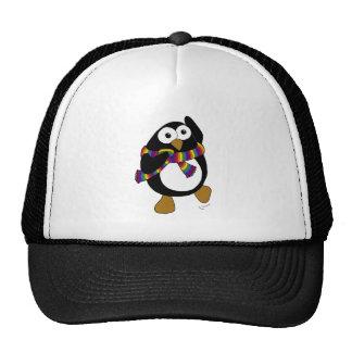 Pinguim dos desenhos animados que veste um scarf.  boné