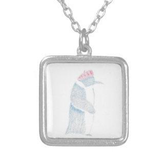 Pinguim em uma boina colar banhado a prata