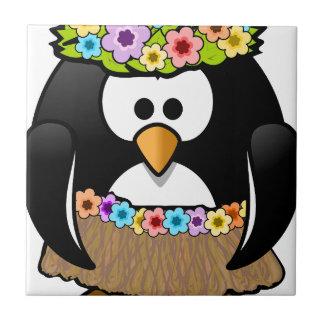 Pinguim havaiano com flores e saia de grama
