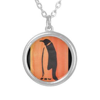 Pinguim na laranja colar banhado a prata