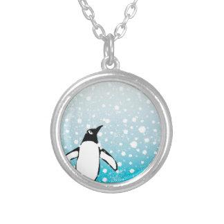 Pinguim na neve colar banhado a prata