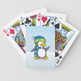 Pinguim pequeno que anda na neve baralho para pôquer