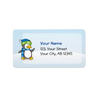 Pinguim pequeno que anda na neve etiqueta de endereço