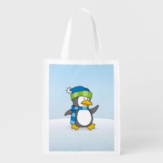 Pinguim pequeno que anda na neve sacola ecológica