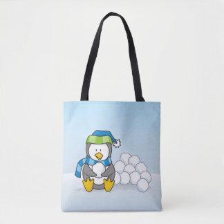 Pinguim pequeno que senta-se com snowballs bolsa tote