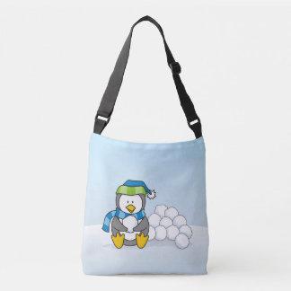 Pinguim pequeno que senta-se com snowballs bolsas carteiro