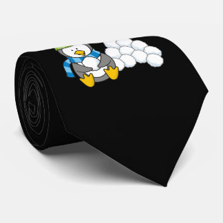 Pinguim pequeno que senta-se com snowballs gravata