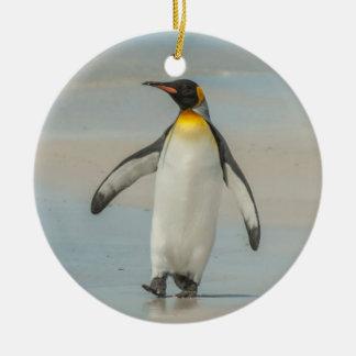 Pinguim que anda na praia ornamento de cerâmica