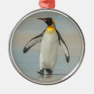 Pinguim que anda na praia ornamento de metal