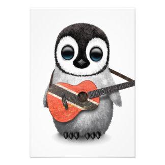 Pinguim que joga a guitarra da bandeira de convites personalizado