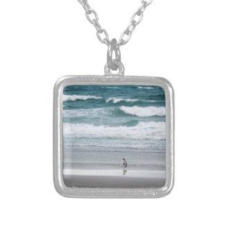 Pinguim que retorna do oceano colar banhado a prata