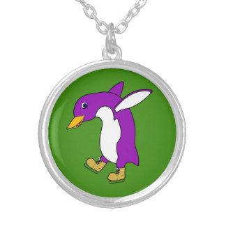 Pinguim roxo do Natal com os skates de gelo do Colar Com Pendente Redondo