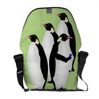 Pinguim usando um telefone móvel bolsas mensageiro