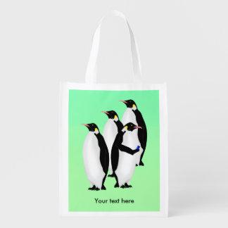 Pinguim usando um telefone móvel sacolas ecológicas