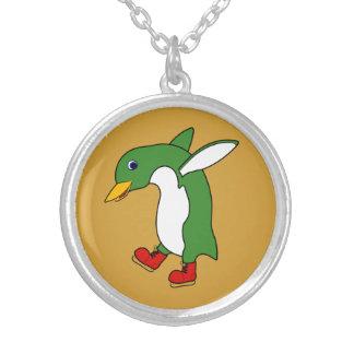Pinguim verde do Natal com os skates de gelo Colar Com Pendente Redondo