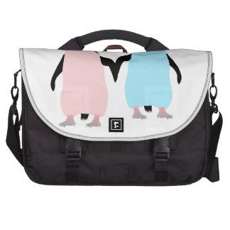 Pinguins cor-de-rosa e azuis que guardaram as mãos bolsas para computadores portáteis