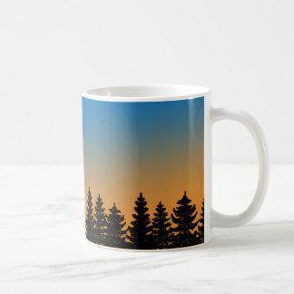 Pinheiros e floresta | do pinho do céu | do por do caneca de café