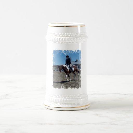 Pinte a caneca de cerveja da cerveja da mostra do