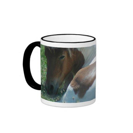 Pinte o pônei que descansa a caneca de café cerâmi