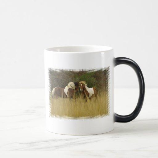 Pinte pôneis na caneca de café do campo