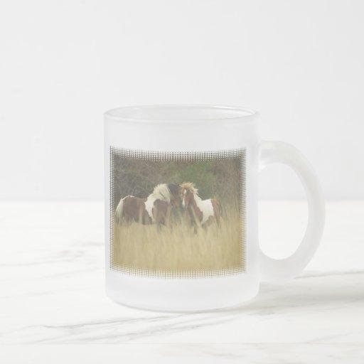 Pinte pôneis na caneca de café do vidro de campo