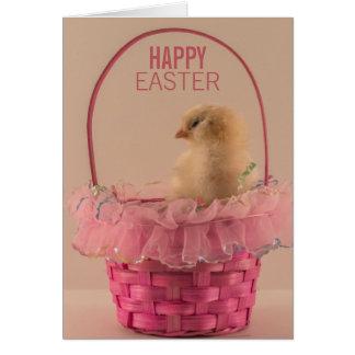 Pintinho amarelo do bebê na cesta cor-de-rosa cartão comemorativo