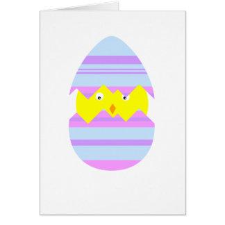 Pintinho da páscoa no cartão do ovo