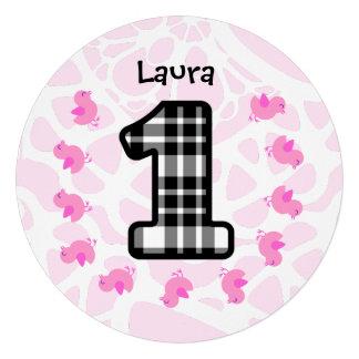 Pintinhos cor-de-rosa bonitos do primeiro aniversa convite