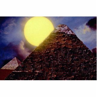 Pirâmide egípcia com o sol no fundo escultura foto
