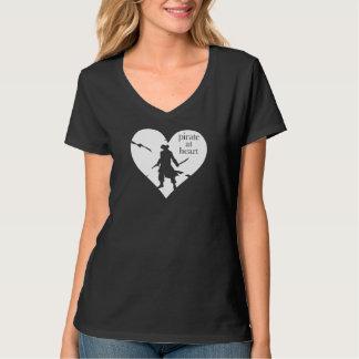 Pirata no t-shirt do coração camiseta