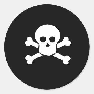 Pirateie o crânio e a etiqueta transversal dos