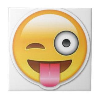 Piscar os olhos insolente do emoji do smiley