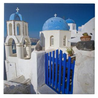 Piscina e ilha grega da cidade de Santorini de Oia