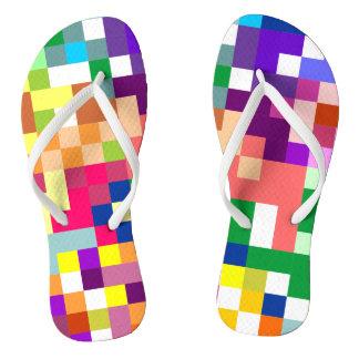 Pixelate colorido com correias brancas chinelos