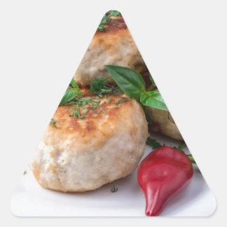 Placa com a galinha triturada meatballs fritada adesivo triangular