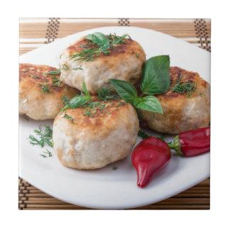 Placa com a galinha triturada meatballs fritada azulejo quadrado pequeno