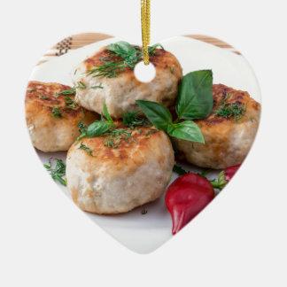Placa com a galinha triturada meatballs fritada ornamento de cerâmica coração