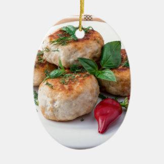 Placa com a galinha triturada meatballs fritada ornamento de cerâmica oval