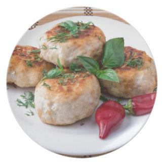 Placa com a galinha triturada meatballs fritada pratos