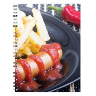 Placa com uma parcela de batatas fritadas caderno