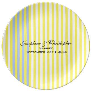 Placa do casamento com listras amarelas prato de porcelana