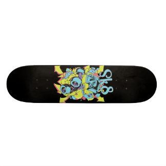 Placa do skate dos grafites do crânio