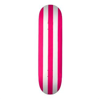 Plataforma cor-de-rosa e branca do skate da listra