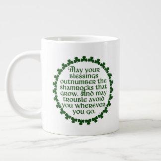 Podem suas bênçãos ultrapassar os trevos, irlandês caneca de café gigante