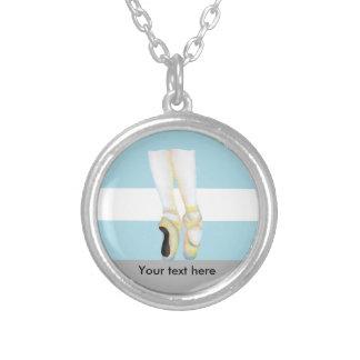 Pointe do en dos calçados de balé no ponto colar banhado a prata