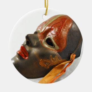 Pomar da máscara ornamento de cerâmica redondo