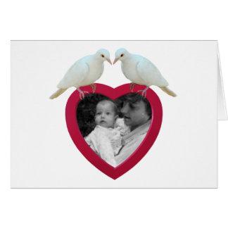 Pombas no cartão com fotos do coração
