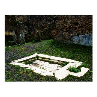 Pompeia - fonte de mármore no jardim de uma casa cartão postal