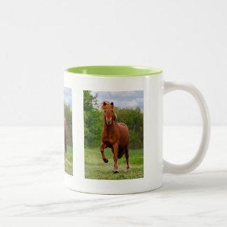 Pônei islandês em amantes engraçados de um cavalo caneca de café em dois tons
