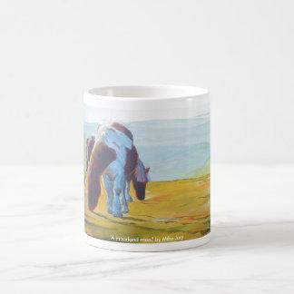 Pôneis de Dartmoor & pintura de paisagem enevoada Canecas